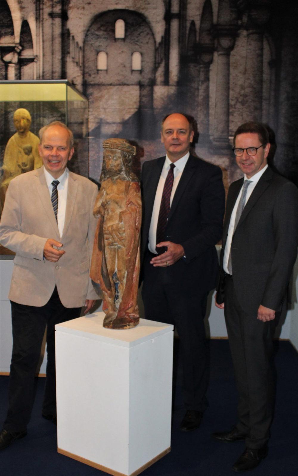 Museumsleiter Prof. Dr. Christoph Stiegmann, Stiftungsvorstand Frank d'Alquen und SalzkottensBürgermeister Ulrich Berger vom Stiftungsbeirat